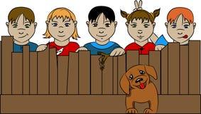 Dzieci za ogrodzeniem z psem obrazy stock