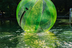 Dzieci zabawę wśrodku plastikowych balonów na wodzie Zdjęcie Stock