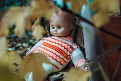 Dzieci zabawkarscy w jesień ogródzie fotografia royalty free