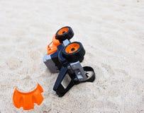Dzieci zabawkarscy w piasku na plaży obrazy stock
