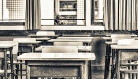 Dzieciaków biurka w podstawowej sala lekcyjnej fotografia stock