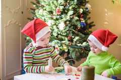 Dzieciaków braci dziecka chłopiec robi ręki mas dekoracjami Obraz Stock