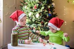 Dzieciaków braci dziecka chłopiec robi ręki mas dekoracjami Obraz Royalty Free