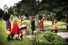Dzieciaków częstowanie podczas Halloween lub sztuczka obraz stock