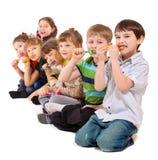 dzieciaków czyścić grupowi zęby Obrazy Stock