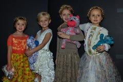 Dzieciaków modelów pozować zakulisowy podczas petiteParade Zdjęcia Royalty Free