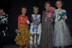 Dzieciaków modelów pozować zakulisowy podczas petiteParade Zdjęcia Stock
