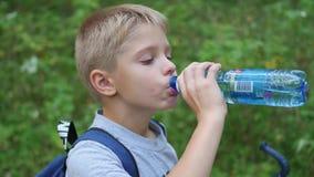 Dzieciaków napojów woda od butelki zdjęcie wideo