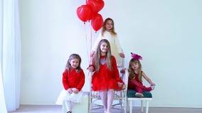 Dzieciaków przyjaciele z czerwonymi balonami na wakacje zbiory wideo
