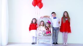 Dzieciaków przyjaciele z czerwonymi balonami na wakacje zdjęcie wideo