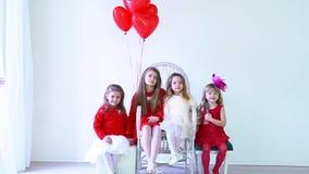 Dzieciaków przyjaciele z czerwonymi balonami na wakacje zbiory