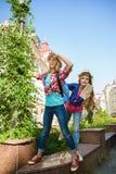 Dzieciaków spojrzenia w odległość Turystyki i wakacje pojęcie Obrazy Royalty Free