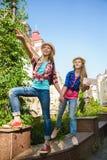 Dzieciaków spojrzenia w odległość Turystyki i wakacje pojęcie Zdjęcie Stock