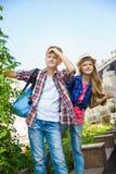 Dzieciaków spojrzenia w odległość Turystyki i wakacje pojęcie Zdjęcia Royalty Free