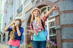 Dzieciaków spojrzenia w odległość Turystyki i wakacje pojęcie Zdjęcia Stock