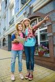 Dzieciaków spojrzenia w odległość Turystyki i wakacje pojęcie Zdjęcie Royalty Free