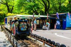 Dzieciak śmieszy pociąg za Odawara kasztelem Obraz Royalty Free