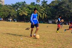 Dzieciak bawić się futbol zdjęcie royalty free