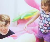Dzieciak bawić się kolorowego życie pierścionek wpólnie Zdjęcie Stock
