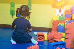 Dzieciak bawić się plastikową łamigłówki zabawkę samotnie obraz stock