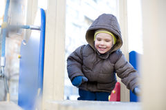 Dzieciak bawić się przy boiskiem Obrazy Royalty Free