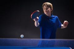 Dzieciak bawić się stołowego tenisa obraz stock
