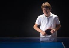 Dzieciak bawić się stołowego tenisa obraz royalty free