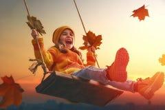 Dzieciak bawić się w jesieni Zdjęcie Royalty Free