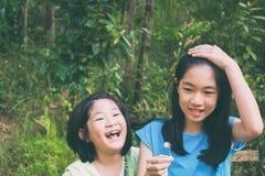 Dzieciak bawić się w lesie Obraz Royalty Free