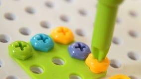 Dzieciak bawić się z śrubowym zestawem zdjęcie wideo