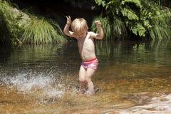 Dzieciak bawić się z wodą Zdjęcie Royalty Free