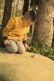 Dzieciak bawić się zabawkarskiego samochód Fotografia Royalty Free