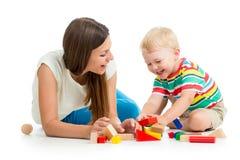 Dzieciak bawić się zabawki matki wpólnie zdjęcia stock