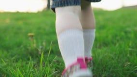 Dzieciak biega na zielonej trawie w letnim dniu zdjęcie wideo