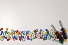 Dzieciak budowy narzędzi rama na białym tle Kolorowy zabawka klingeryt czmycha, dokrętki i śrubokręty układający w linii zdjęcia royalty free