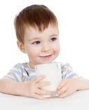 Dzieciak chłopiec pije mleko lub jogurt obrazy stock