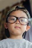 Dzieciak chłopiec używa eyeglasses Fotografia Royalty Free