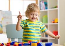 Dzieciak chłopiec uczenie kształtuje, wczesna edukacja i daycare pojęcie fotografia stock