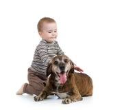 Dzieciak chłopiec z psem odizolowywającym zdjęcie stock