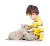 Dzieciak chłopiec z szczeniaka psem zdjęcie royalty free