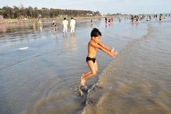 Dzieciak cieszy się przy seashore Zdjęcia Royalty Free