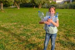 Dzieciak czyści w parku Ochotnicza nastolatek dziewczyna czyści w górę ściółki obrazy royalty free