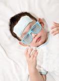 Dzieciak dołącza chłodniczego gel ochraniacza na jego czole Zdjęcia Royalty Free
