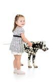 Dzieciak dziewczyna bawić się z dalmatian psem zdjęcia royalty free