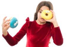 Dzieciak dziewczyna głodna dla słodkiego pączka Cukierów poziomy i zdrowy odżywianie Pączek jej słodka obsesja Szczęśliwy dzieciń fotografia stock