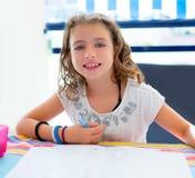 Dzieciak dziewczyna ono uśmiecha się z pracą domową w lecie Fotografia Royalty Free