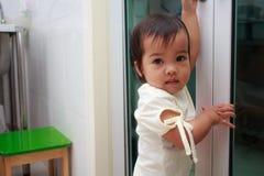 Dzieciak dziewczyna przy drzwi Fotografia Royalty Free