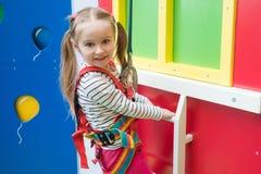 Dzieciak dziewczyna w rozrywka sportów parku indoors zdjęcie stock
