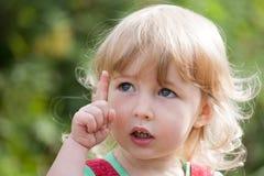 Dzieciak dziewczyna z forefinger w górę zdjęcia stock