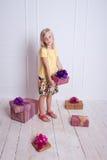 Dzieciak dziewczyna z prezentami urodzinowymi obraz royalty free